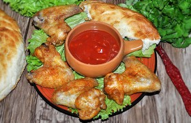 Запеченные куриные крылышки с соусом