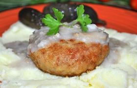Мясные котлеты с грибами и грибным соусом