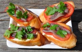 Гренки с хамсой и помидорами
