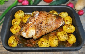 Свиная рулька с картофелем в рукаве
