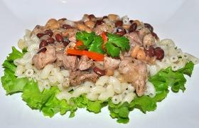 Свинина с фасолью на сковороде