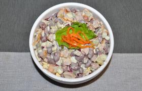 Салат с фасолью и копченой куриной грудкой