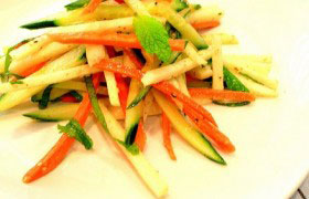 Пикантный салат из дайкона