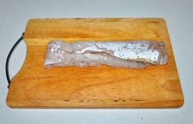 Тонкую нижнюю часть филе загибаем на спинку, подгибаем немного хвостовую часть – так вся полоса филе становится практически ровной.
