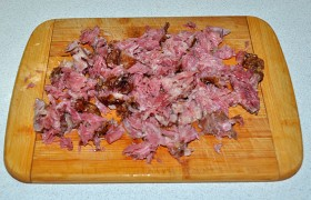 Мясо избавляем от костей, нарезаем.