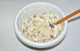 Смешиваем с майонезом, которого в этом салате много не требуется, пробуем на соль. Салат со скумбрией готов.