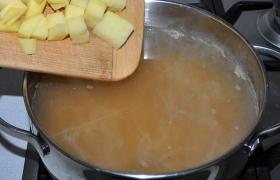 В суп, где варится горох, кладем нарезанный кубиком картофель, бросаем лавровый лист, горошки перца. Оставляем вариться под крышкой, снизив огонь.