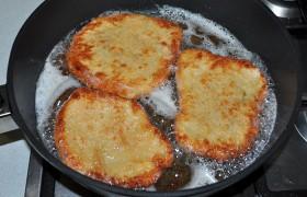 Наливаем слой масла в 2-3 мм, перекаливаем его (на огне между сильным и средним). Кладем отбивные, жарим 1-1,5 минуты до корочки. Переворачиваем, через 30 секунд снижаем огонь почти до среднего и жарим еще 1-1,5 минуты. Те, что после жарки уже на тарелке, накрываем второй тарелкой, чтобы не остыли.
