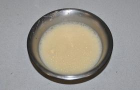 Отдельно взбиваем для заливки сырые яйца, солим, если не против перца – добавляем в заливку.