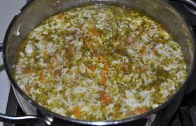 Взбитое вилкой в чашке яйцо медленно выливаем в суп, помешивая, пока яйцо не «загустеет». Выключаем плиту, добавляем мелко нарезанную зелень.