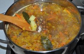 Следом – чечевицу. И довариваем суп, на слабом огне и под крышкой, 6-8 минут.