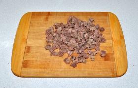 Мясо, конечно, лучше отварить заранее – это процесс долгий, говядина все же. Готовую и охлажденную говядину нарезаем кубиком.