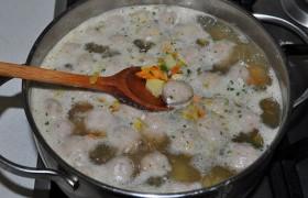 Через 5-6 минут добавляем овощную заправку со сковороды, довариваем суп под крышкой, на небольшом огне, 5-6 минут.