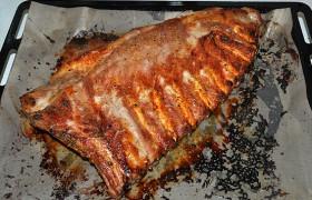 Запекаем 25-30 минут до готовности мяса на ребрышках.