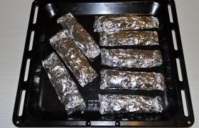 Фольгу соединяем плотно в середине и особенно хорошо – края. Подготовленные конверты с рыбой выкладываем на противень и запекаем 15-17 минут в духовке, разогретой до 220°.
