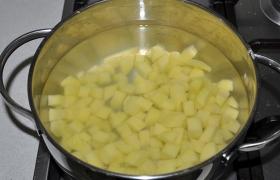 Вода в кастрюле потихоньку закипает, а мы быстренько чистим и нарезаем кубиком картофель. И кладем, когда вода закипела. Добавляем лавровый лист, перец, соль. Варим на слабом огне, с крышкой.