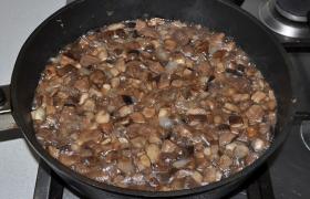 Добавляем грибы, обжариваем 15 минут, переворачивая, приправляем перцем и солью.