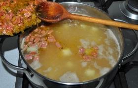 И теперь, когда ароматы и вкусы овощей и колбасы соединились в заправке - перекладываем ее в кастрюлю. Солим.