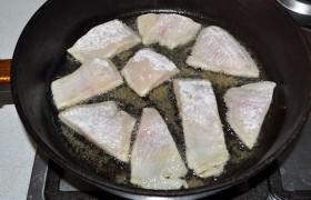 Растительное масло за 4-5 минут перекаливаем в сковороде на сильном огне, не снижая огня, обжариваем куски рыбы с двух сторон по 2-2,5 минуты, до золотистого румянца.