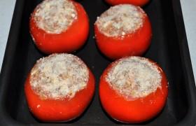 И размещаем их в промазанной маслом форме или в большой сковороде с высокими стенками, которую можно ставить в духовку. Посыпаем наши помидоры панировочными сухарями
