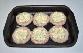 В эти углубления раскладываем начинку, которую смешиваем из тертых яиц, сыра, зелени и сметаны (майонеза).