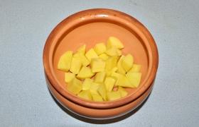 Размещаем овощи и грибы в горшочках. У нас один большой (2 л) и обычный (0,5 л). На дно кладем картофель, приправляем.