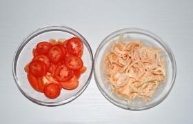 Помидоры нарезаем нетолстыми дольками или кружками, шинкуем полукольцами лук. Лук смешиваем с кетчупом и майонезом, немножко солим. Если лук постоит так хотя бы 15 минут, он замаринуется и будет в блюде вкуснее.