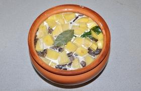 И верхний слой – картофель. Теперь заливаем сливки, кладем лавровый лист, накрываем. При 200° блюдо готовится 45-50 минут. Проверяем: картофель готов – выключаем духовку.