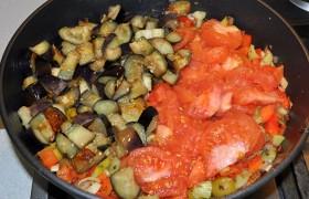 Выкладываем к овощам помидоры и баклажаны, проверяем на соль, тушим все вместе 5-7 минут. Капоната готова, выключаем, даем постоять под крышкой несколько минут.