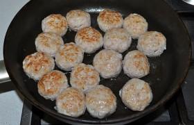 На другой сковородке перекаливаем пару ложек растительного масла, снижаем огонь до средне-сильного и быстро обжариваем фрикадельки с одной и второй стороны.