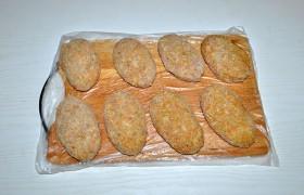 Поделив фарш на порции, формуем 8-9 котлет. Панируем котлеты в сухарях (или муке).