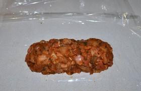 Берем кусок рукава для запекания, разрезаем и разворачиваем в один слой, чтобы получился достаточно большой лист, в который можно завернуть рулет. На край выкладываем куриное мясо в виде нетолстой колбаски.