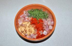 Переложив в миску, добавляем петрушку, желатин, соль и перец, паприку и чеснок (это может быть и измельченный свежий чеснок).