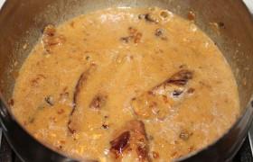 Минут за 10 до окончания готовки заливаем в кастрюлю сливки. На сухой сковородке пассеруем муку до кремового оттенка, засыпаем в кастрюлю при помешивании, чтобы не допустить комочков. Соус быстро густеет, и мы выключаем конфорку.
