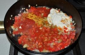 Все эти специи отправляем к луку, добавляем нарезанные мелко помидоры, сметану, соль по вкусу, томатную пасту и сахар.