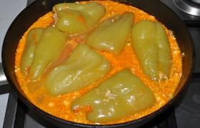 После закипания тушим в закрытой сковороде 40 минут, на середине процесса переворачиваем перец. А теперь отпробуйте – это действительно очень сочно и вкусно!