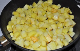 Ополоснув эту или взяв другую сковороду, тоже на почти сильном огне, в раскаленном масле слегка обжариваем в течение 5-6 минут, непрерывно помешивая-переворачивая кусочки, картошку - до легких румяных корочек, заправляем солью, перцем.