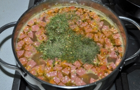 Через 4-5 минут суп готов. Посыпаем зеленью, выключаем, накрываем суп, даем настояться 10 минут. Перед подачей не забываем выловить лавровый лист и перец, чтобы суп не горчил.