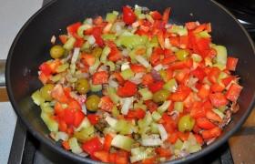 Очистив от семян и нарезав мелкими прямоугольничками сладкие перцы, кладем в сковороду, посыпаем сахаром, вливаем уксус, тушим 4-5 минут.
