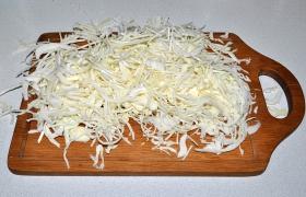 После очистки капусты осталось 2,8 кг. Пропускаем части вилков через терку для капусты.