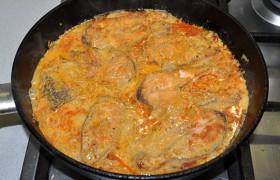 Заливаем рыбу соусом (или, если так удобнее, кладем горбушу в соус) и тушим 6-8 минут. Если соуса маловато – добавляем в него немного кипятка, аккуратно перемешиваем.