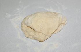 И в том, и в другом случае тесто должно получиться довольно эластичным – но не липнуть к рукам, когда мы его мнем на разделочной доске. Вот тут и можно добавить муки, если требуется.