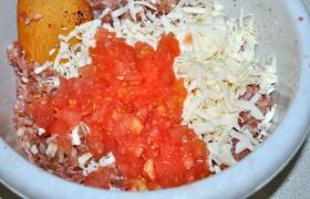 Вынутую мякоть рубим и добавляем в начинку (от половины до почти стакана) вместе с тертым сыром, вымешиваем.