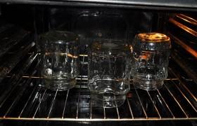 Пока мы этим занимаемся, промытые банки стерилизуются в духовке (ставим в холодную и включаем на 100°), а крышки кипят в кастрюльке.