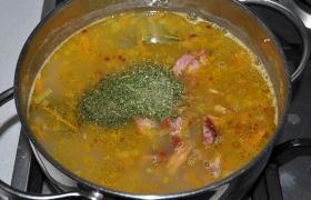 После 3-5 минут варки посыпаем зеленью, перемешиваем, закрываем и выключаем. Даем супу настояться несколько минут.