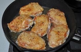 Во второй сковороде перекаливаем масло на огне немного больше среднего, раскладываем бедрышки, жарим одну и вторую стороны по 6-7 минут, до румяных корочек.