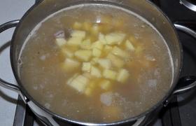 Когда маш практически готов, копченость вынимаем, а в суп кладем нарезанный небольшим кубиком картофель, приправляем лавровым листом, солью, перцем. Продолжаем варить под крышкой.
