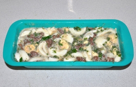 Перекладываем всю массу в форму для запекания, промазанную маслом. Ставим в духовку при 190-200° и оставляем запеканку до готовности.