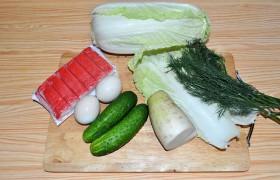 Вот, собственно, все продукты, которые требуются для нашего салата. И первое, что мы делаем – отправляем вариться яйца, на что требуется 10 минут кипения.