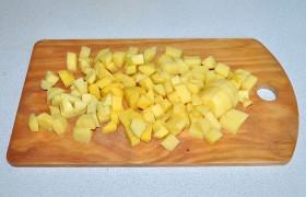В эти минуты картошку нарезаем кубиком и отправляем в суп.
